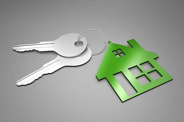 dva klíče s přívěškem