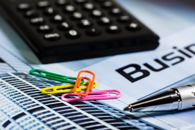kalkulačka kancelářské sponky pero